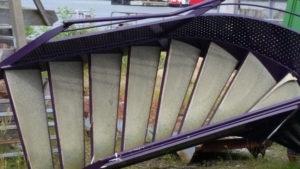 Eine Treppe mit lila Geländer liegt quer in der Landschaft