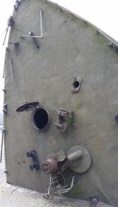 Unterseite eines Schiffrumpfs mit Eingang zum Röhrensystem