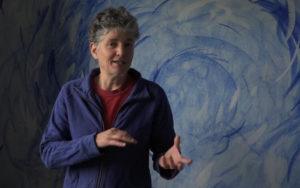 Sabine de Martin vor blau und weiß bemalter Wand