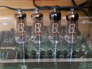 Schaltkasten mit Glasröhren-Uhr, alle vier Röhren zeigen eine digitale Null