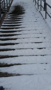 Treppe, zur Hälfte mit Schnee bedeckt, führt nach oben